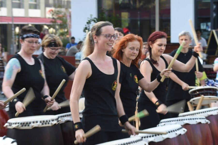 """An vielen Orten der Innenstadt bot sich den Besuchern musikalische Unterhaltung. Auf dem Düsseldorfer Platz trommelte die Chemnitzer Percussion-Gruppe """"Hibiki Daiko""""."""