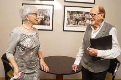 Die Organisatorin Renate Lang beim ersten Treffen mit Herbert Köfer.
