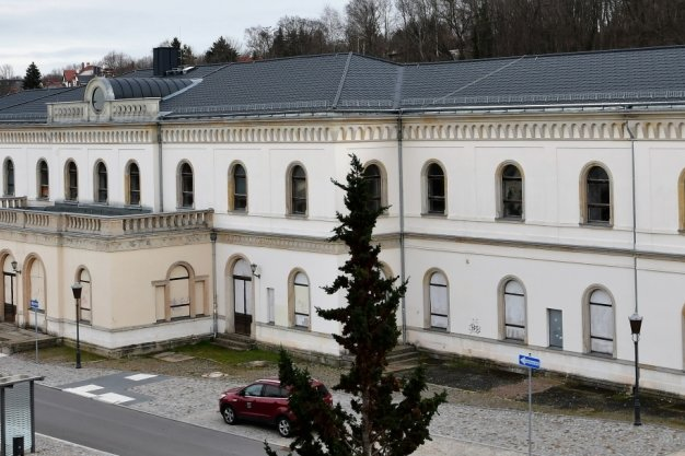 Der Bahnhof in Crimmitschau steht leer. Dach und Fassade konnten mit Fördermitteln gesichert werden.