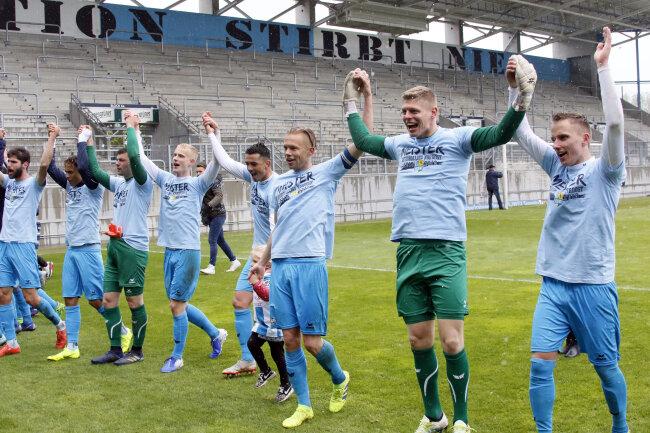 Vor der leeren Südtribüne feiern die Himmelblauen die Meisterschaft.