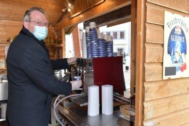 OB Sven Krüger will auch am heutigen Donnerstag wieder eine Stunde lang in der Silberbaude auf dem Freiberger Obermarkt Glühwein und Punsch zapfen.
