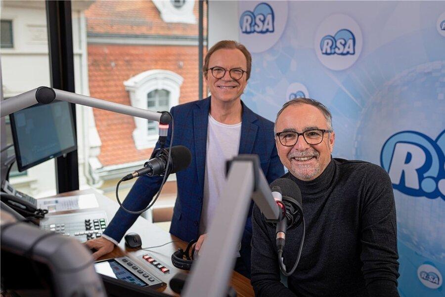 """Wolfgang Lippert (links) und Jürgen Karney machen ab Januar jeden Werktag sechs Stunden Programm bei Radio R.SA. Bereits ab Montag führen sie für drei Tage beim """"Großen R.SA-Spendenmarathon für notleidende Kinder in Sachsen"""" durch das Programm."""