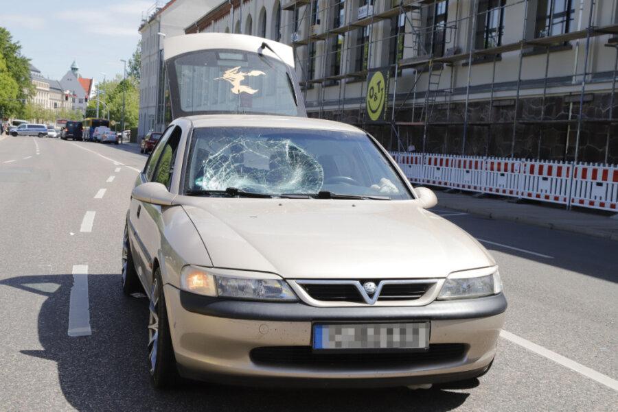 Autofahrer erfasst Fußgänger