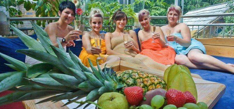 Bei Obst und einem Gläschen Sekt lässt es sich wunderbar entspannen. Martina Böttrich, Caroline Schiller, Marleen Heber, Nicola Stelzig und Grit Heinke aus Marienberg (von links nach rechts) machen es sich nach dem Saunagang in der Ruhezone der Badegärten gemütlich.