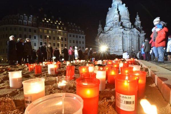 Kerzen zum Gedenken auf dem Neumarkt.