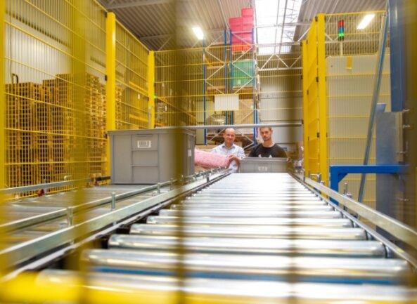 Geschäftsführer Simon Schier (links) und Mitarbeiter Justin Schmidt in der Logistikhalle im Gewerbegebiet Reißig.