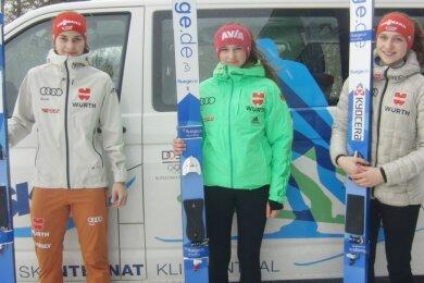 Das Klingenthaler Skispringerinnen-Trio, das nächste Woche bei den Juniorenweltmeisterschaften im finnischen Lahti startet: von links Josephin Laue, Lia Böhme und Pia-Lilian Kübler.