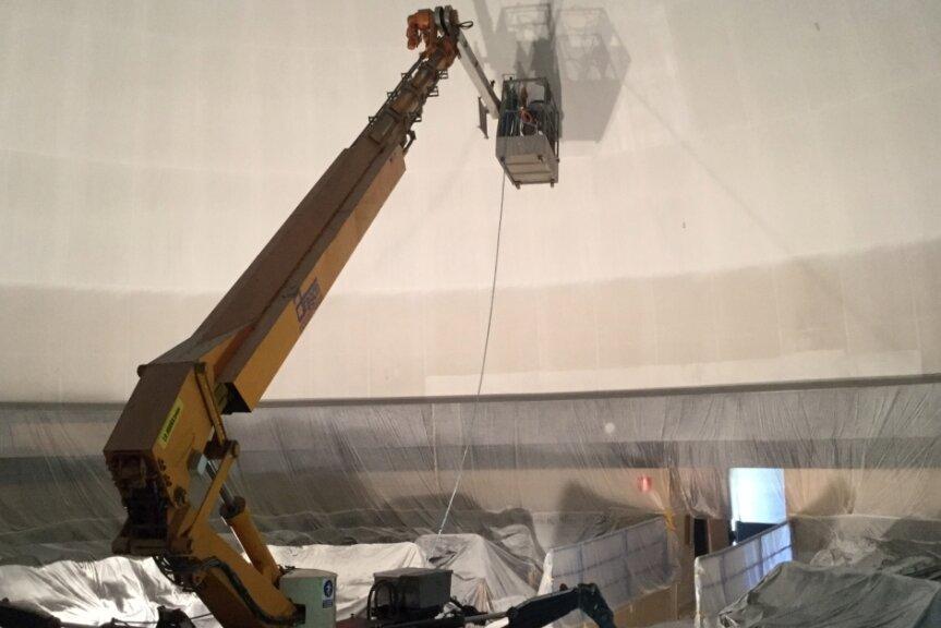 Das bislang größte Projekt erledigten die Maler aus Drebach in Kopenhagen. Auch im Planetarium der dänischen Hauptstadt half eine Hebebühne, die weiße Farbe auf der Projektionsfläche der Kuppel zu verteilen.