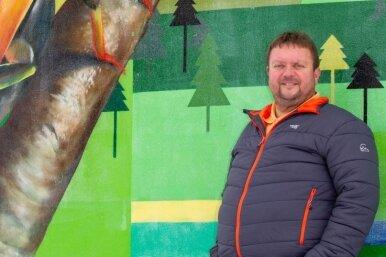Ortsvorsteher Uwe Trillitzsch am Neundorfer Wasserturm. Durch das coronabedingte Schließen des Wasserturms fehlen Einnahmen.