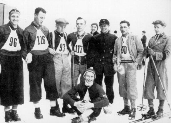 Der Norweger Knut Kobberstad (2. von rechts) war 1932 der erste Norweger, der ein Skispringen in Klingenthal gewann. Links im Bild die Schwaderbacher Ewald und Sepp Scherbaum, vorn der Aschberger Otto Warg, der 1932 denTitel des Vogtlandmeisters gewann.