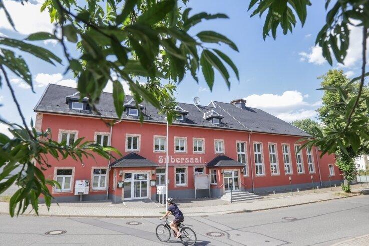 Der Gasthof Silbersaal an der Eislebener Straße in Bernsdorf soll ab Oktober die neue Spielstätte des Fresstheaters werden.