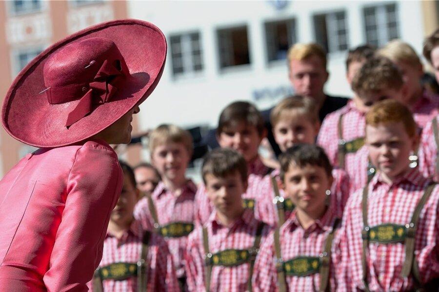 Gruppenbild mit Dame: Königin Maxima der Niederlande wird in München vom Tölzer Knabenchor begrüßt. Doch zum Singen bleiben die Knaben lieber unter sich. Aufnahme vom 13. April 2016.