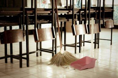 Meist haben die Kommunen Privatfirmen engagiert, um ihre kommunalen Gebäude regelmäßig reinigen zu lassen. Hier ein Symbolbild vom täglichen Reinigen des Speiseraums einer Kindereinrichtung.