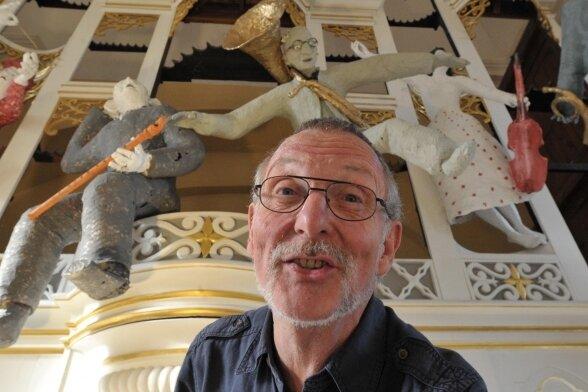 """2011 versah Siegmar Cholet den Orgelprospekt in der Nikolaikirche Freiberg mit seinen Figuren aus Pappmaché. """"Auszug der Musen"""" nannte er die Figurengruppe."""