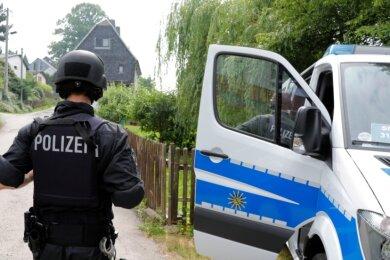 Mit diesem Polizeieinsatz im Juni 2018 in Pleißa begann eine groß angelegte Suche nach einem damals 29-Jährigen, der seine Freundin und deren Familie bedroht haben soll - auch mit einer Waffe. Er wurde in zweiter Instanz zu dreieinhalb Jahren Haft verurteilt. Jetzt steht der Sportschütze erneut vor Gericht.