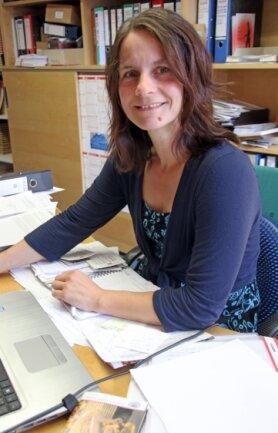 Jana Tschapek an ihrem Schreibtisch in der Domverwaltung.