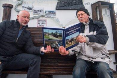 Das Kleinkunstwerk von Jürgen Melzer (rechts - im Bild mit Gemeinderat Ulf Lange) zum Thema 110 Jahre Schmalspurbahn in Auerbach.