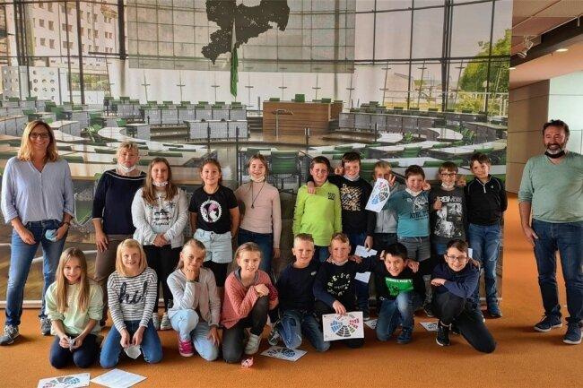 Klassenfoto im sächsischen Landtag. Die 4 b mit Elternvertreterin Sandra Andreas und Schulleiterin Juana Martin (hinten von links) sowie Elternsprecher Markus Popp.