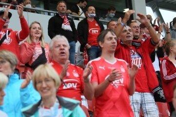Jubel unter den Fans - endlich wieder Stadion.
