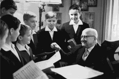 Rudolf Mauersberger im Jahr 1964 bei der Probenarbeit mit Sängern des Dresdner Kreuzchors.