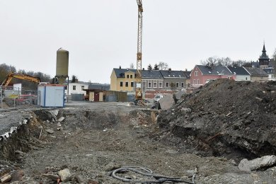 Auf dem Gelände des künftigen Edeka in Markneukirchen laufen Abrissarbeiten. Mitte Mai beginnt der Bau des Einkaufsmarktes. Foto: Eckhard Sommer