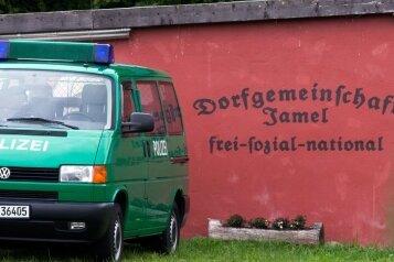 Im völkisch-rechten Refugium: Eine Garagenwand in Jamel gibt Zufallsbesuchern deutlich Bescheid, wohin es sie verschlagen hat. Ein Pfeil am Originalwegweiser deutet auf Hitlers Geburtsort.