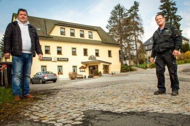 """Thomas Katzorreck (links), Inhaber des Landgasthofs """"Erbgericht"""" und Kfz-Meister Bert Brising freuen sich auf die neue Straße, haben aber Sorge, dass ihre Geschäfte unter der Großbaustelle leidet."""