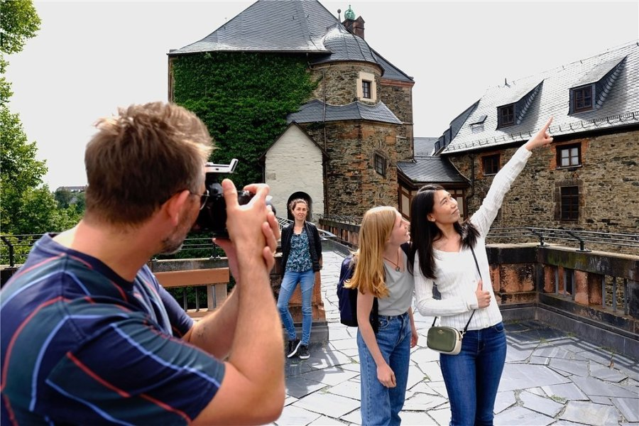 Rundgang auf der Wehrmauer. Unter den Augen von Museumsmitarbeiterin Nadine Holesch schoss der Berliner Fotograf André Forna auch dort Aufnahmen mit den Models Jin Xu und Isabelle Oldenburg.