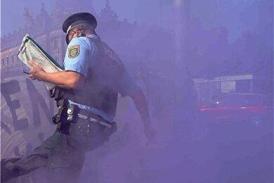 """Dieser Polizist geriet in Dresden mit Demonstranten aneinander. Er drohte: """"Schub's mich und Du fängst Dir 'ne Kugel!"""""""