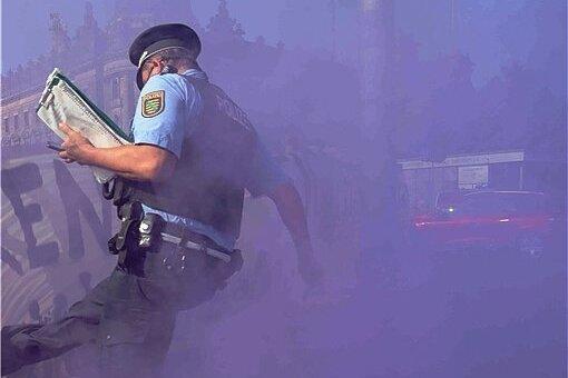 """Dieser Polizist geriet am Sonntag in Dresden mit Demonstranten aneinander. Er drohte: """"Schub's mich und Du fängst Dir 'ne Kugel!"""""""