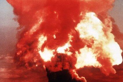 Ein Atompilz steigt in den 1950er-Jahren nach der Explosion einer Atombombe über dem Testgelände in der Wüste von Nevada auf.