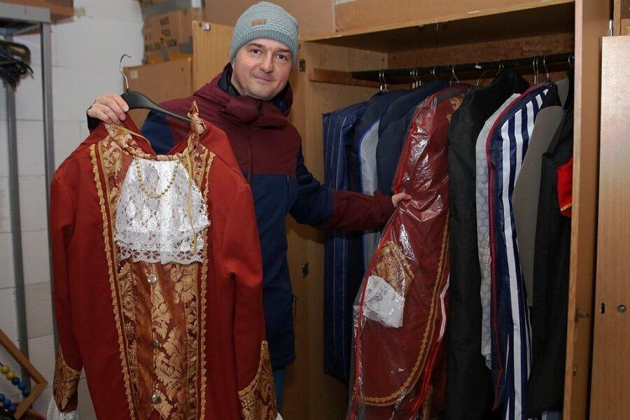 In dieser Saison bleiben die Kostüme und Requisiten im Schrank. Daniel Rülicke steht im Fundus der Beierfelder Narren.