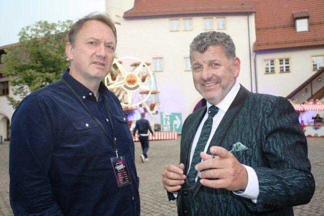 Sänger Semino Rossi (rechts) plauderte kurz nach seinem Auftritt bei der Generalprobe mit dem Vice-Präsident Markus Hartmann von Ariola Sony Music GSA. Er ist einer der wichtigsten Musikmanagern für volkstümliche und Schlagermusik in Europa. Er erklärte Chemnitz zu einer Hochburg seiner Musiksparte.