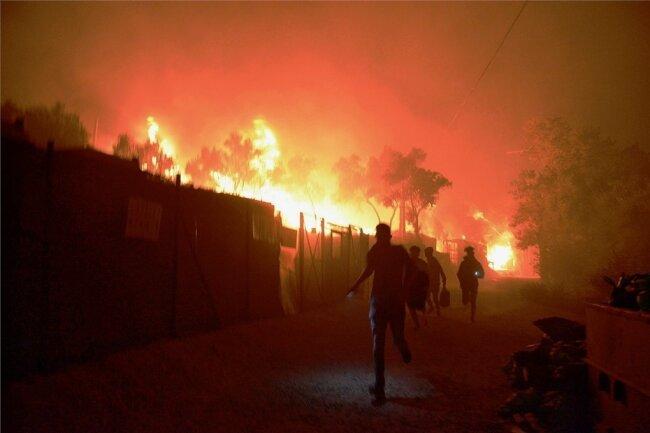 Ein Feuer fegte durch Griechenlands größtes Flüchtlingslager, in dem mehr als 12.000 Migranten untergebracht waren.