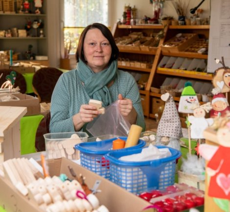 In der Naturschutzstation in Weiditz kann Bastelmaterial erworben werden. Damit können Interessierte selbst zu Hause kreativ werden. Mitarbeiterin Katrin Seidel stellt hier Bastelsachen zusammen.