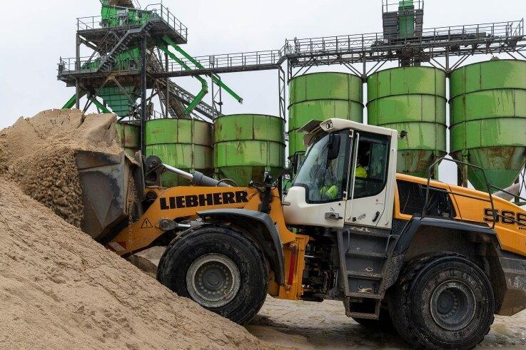 Auf dem Gelände der Heidelberger Sand und Kies GmbH in Penig wird jede Menge Sand und Kies verschiedener Körnung für die Baustoffindustrie produziert. Rund 30.000 Tonnen lagern dort.