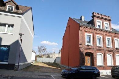 Schulstraße: Die Stadt könnte nun Eigentümerin des Baulücken-Grundstücks werden. Auf den Abrisskosten bleibt sie teilweise sitzen.