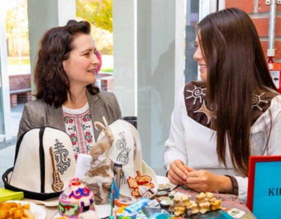 Adriana Slavcheva (links) im Gespräch mit einer Studentin am Länderstand Kirgistan beim Osteuropa- und Zentralasientag der Westsächsischen Hochschule Zwickau im November 2019.