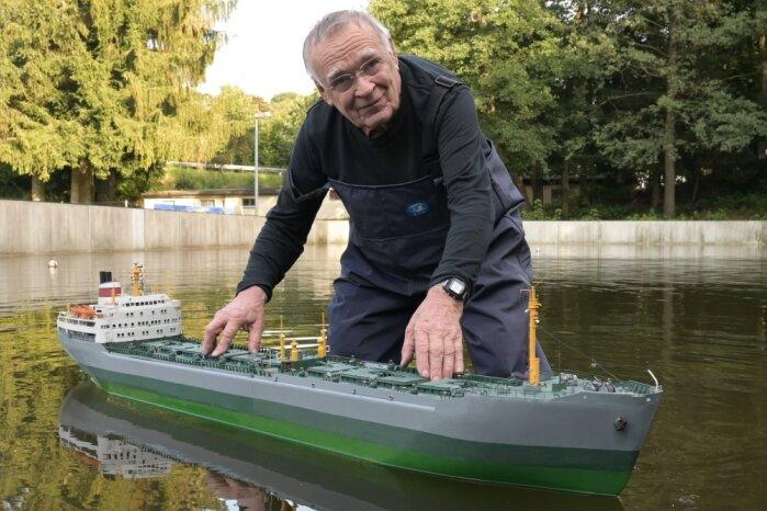 Modell von legendärem Schiff lernt in Zwönitz das Schwimmen