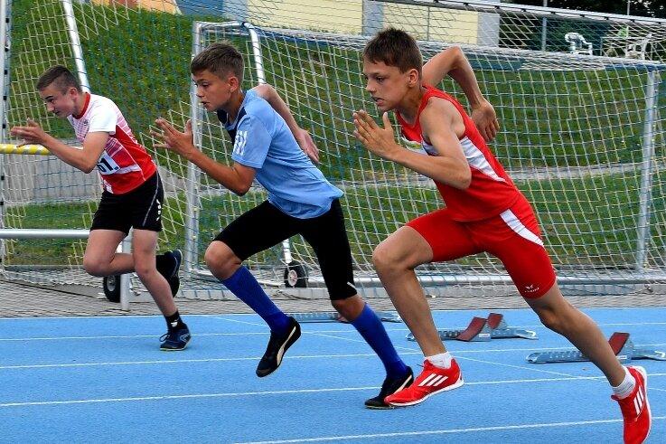 Christoph Rößler (r.) vom TSV Fortschritt Mittweida gewann bei den Regionalmeisterschaften in zwei Wettbewerben - über 800 m und im Speerwerfen.