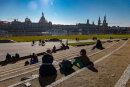 Dresdner und Gäste Stadt genießen am Samstag die Sonne zum Frühlingswetter an der Elbe in Dresden.