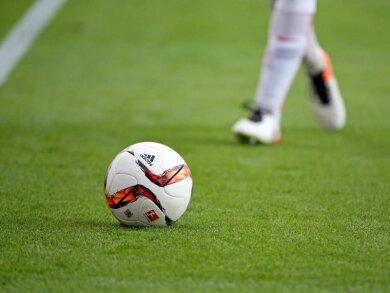 Ein Fußballspieler am Ball.