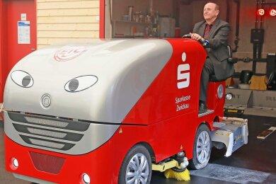 Gut gelaunt hat Landrat Christoph Scheurer die Eismaschine aus der Garage gefahren.
