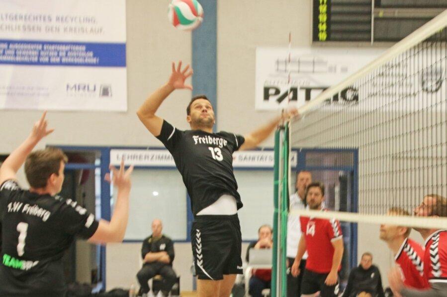 Minimalziel erreicht: Die Volleyballer des 1. VV Freiberg um Marcel Roth mussten zwar gegen Textima Süd Chemnitz als Verlierer vom Netz, besiegten aber Chemnitz-Harthau II klar mit 3:0 und stehen nun mit 4 Punkten auf dem 5. Tabellenplatz der Sachsenklasse West.