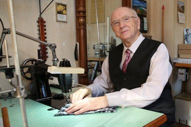 Schneidermeister Herbert Seidler hat in seinem Haus in Königswalde nach wie vor eine Werkstatt eingerichtet. Hin und wieder setzt er sich auch noch an die Nähmaschine.