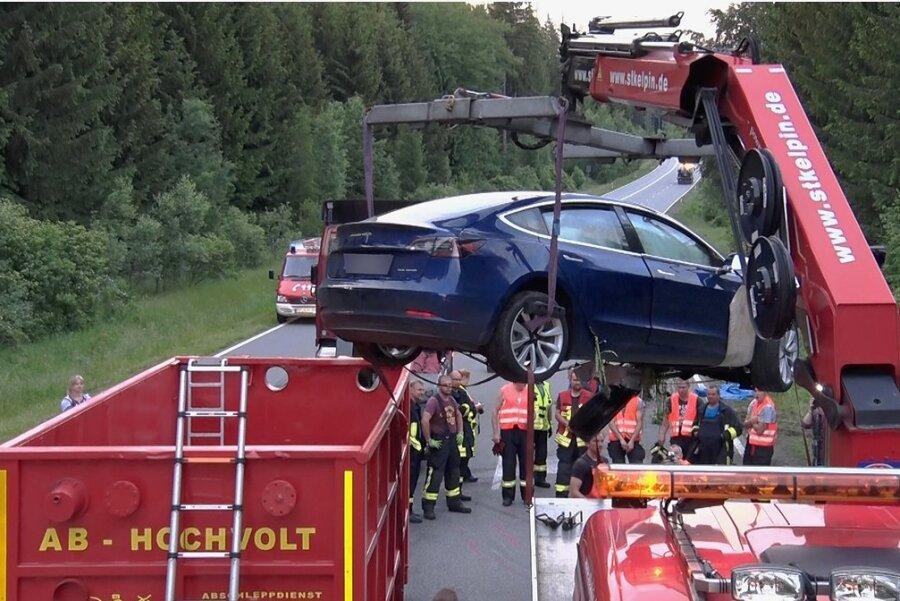 Als im Sommer 2020 ein Tesla auf einer Straße nach Aue schwer verunglückte, kam ein Hochvoltcontainer zum Einsatz. Die Chemnitzer Feuerwehr will keine derartigen Behälter anschaffen.