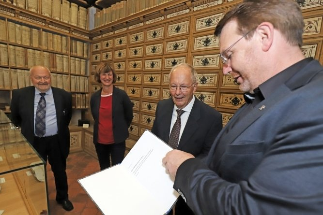Freibergs Oberbürgermeister Sven Krüger (von rechts), der Autor Gerhard Rossow, Stadtarchivleiterin Ines Lorenz und der Bürgermeister a. D. Arnd Böttcher bei der Übergabe des Manuskripts.