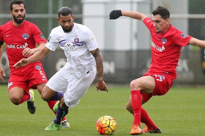 Cebio Soukou (M.), hier gegen Karim Seras (l.) und Abdullah Durak von Kasimpasa, überzeugte im ersten Test des FCE-Trainingslagers.