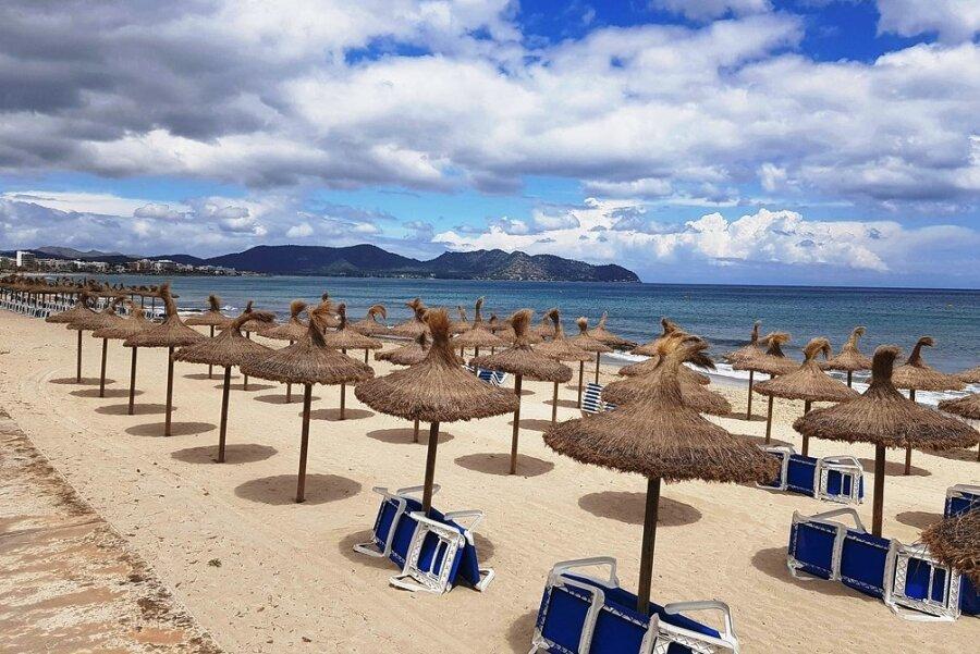 Die Strände der Plaja de Palma warten auf Urlauber. Obwohl der Urlaub auf Mallorca erlaubt ist, raten Bund und Länder von Reisen generell ab.