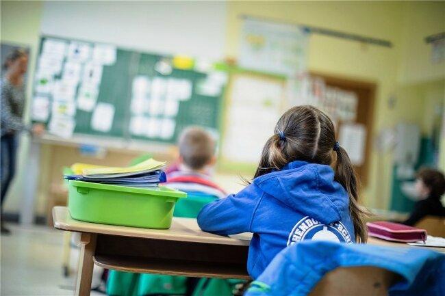 Werden in diesem Jahr auch leistungsschwache Schüler und Schülerinnen versetzt? Hier ein Foto von einer Grundschule in NRW.